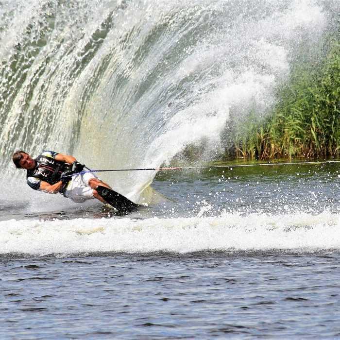 Водные лыжи и вейкборд