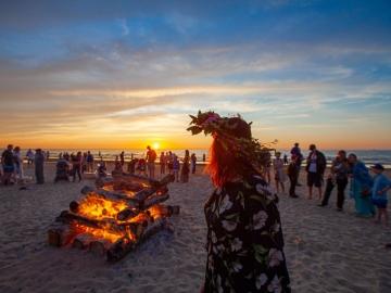 Līgo svētku ugunskuri jūras krastā